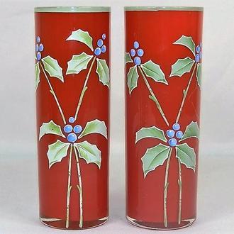 Две стеклянные вазы красного цвета с рисунком ягод. Высота - 22 см.