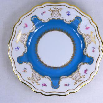 Фарфоровая тарелка, размеры - 3,5х26 см.