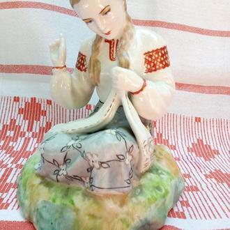 Девушка вышивает рушник ЗКХ Полонное оригинал