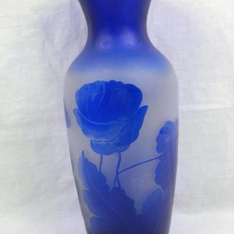 Стеклянная ваза с цветами, синего цвета, высота - 29 см.