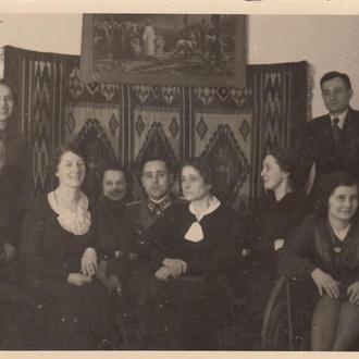 Немецкий пограничник с группой женщин.