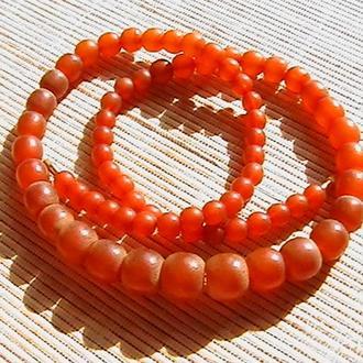 Длинное старинное ожерелье. Янтарь ''медового'' цвета. Длина 62 см. Вес 39,9 грамм.