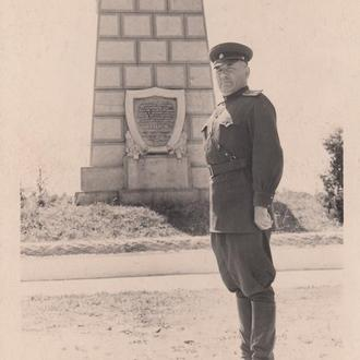 Бравый майор на фоне неизвестного памятника летчику Нестерову.