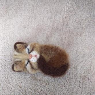 Брошь спящая кошечка