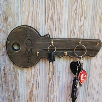 Деревянная настенная ключница в виде ключа