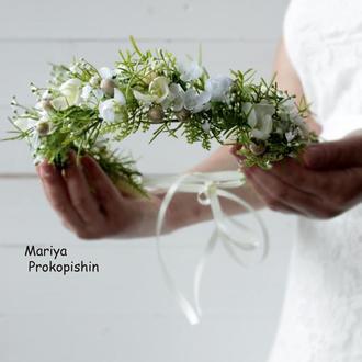 Віночок з квітів в кремово-білих кольорах.