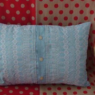 Голубая подушка с вышивкой и пуговицами