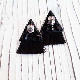 Черные серьги гвоздики с черепами и кисточками