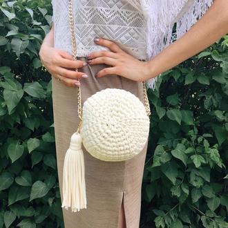 Круглая сумка молочная трикотажная вязанная, клатч с кисточкой на цепочке
