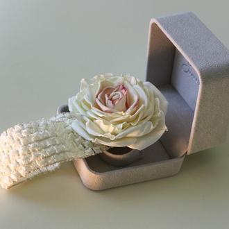 Повязка на голову с нежной розой из фоамирана в подарочной коробочке