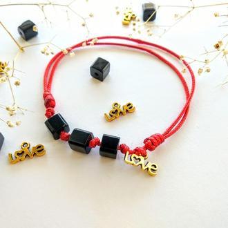 Красная нить с подвеской и бусинами