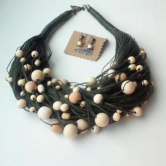 Комплект украшений из льна и деревянных бусин, серьги и колье.