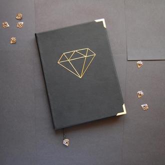 Блокнот с черным листами и алмазом