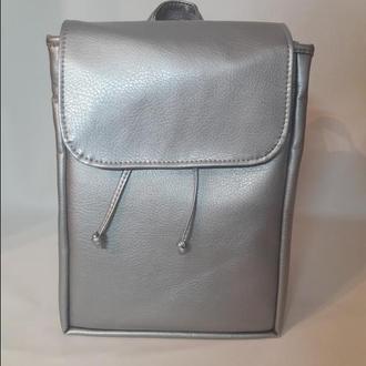 Вместительный женский рюкзак серебряный