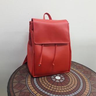 Вместительный женский рюкзак красный