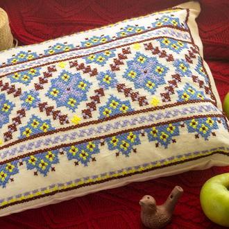 Декоративная подушка с голубой вышивкой