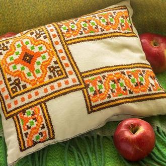 Подушка декоративная с оранжевой вышивкой