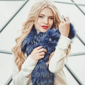 Меховой шарф из енота синий