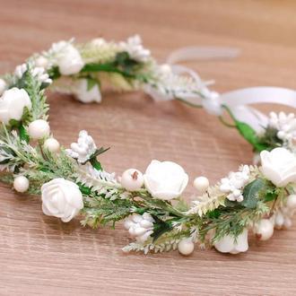 Белый венок веночек  с цветами и зеленью для свадьбы в стиле рустик