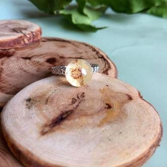Украшение из эпоксидной смолы с цветком спиреи (кольцо)