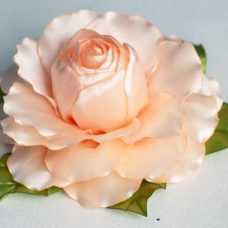 Роза на зажиме