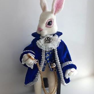 Белый кролик Алисы Интерьерная валяная игрушка.