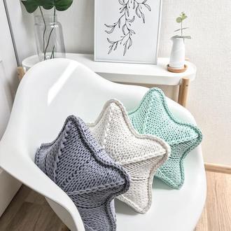 Декоративная вязаная подушечка в форме звезды