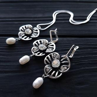Комплект з натуральними перлами та срібними елементами серьги с жемчугом и цветами и кулон на цепи