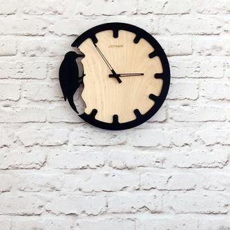 Деревянные настенные часы с дятлом