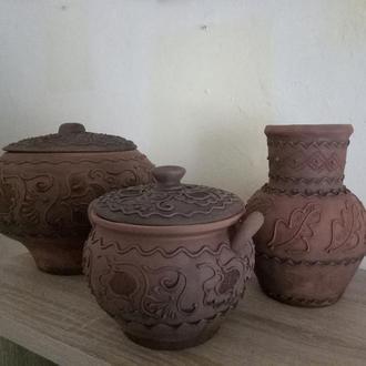 Набор глиняной посуды с узором
