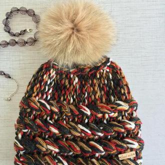 Модная вязаная шапочка с помпоном.