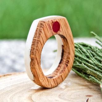 Деревянное кольцо, из эпоксидной смолы и дерева, белое колечко с деревом и красной точкой, подарок