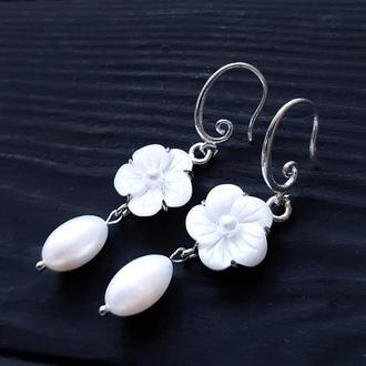 Святкові сережки з натуральними перлинами, срібними застібками серьги с натуральным жемчугом цветами