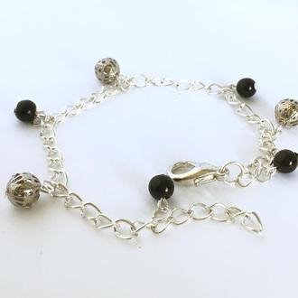 Серебристый браслет с черным агатом и металлическими бусинами (ручная работа)