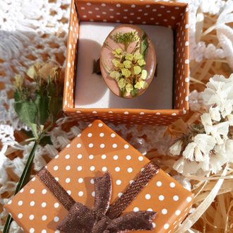 Кольцо с сухоцветами в эпоксидной смоле