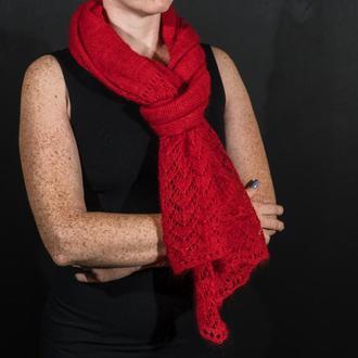 Красный ажурный вязаный палантин из кидмохера