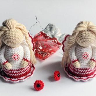 Ангелик у біло-червоній сукні ручної роботи