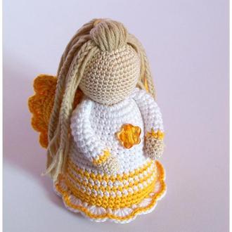 Ангелик у біло-жовтій сукні