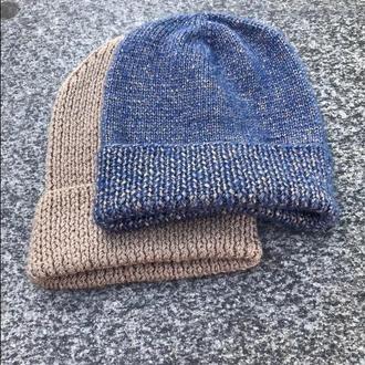 Синяя вязаная шапка с бронзовым блеском
