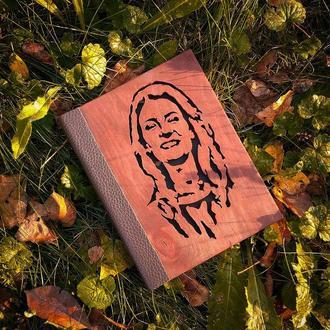 Блокнот з портретом із дерева