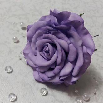 Шпилька в зачіску з трояндою