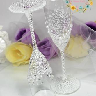 Свадебные бокалы с дизайнерской ручной роспись, стразами  и жемчугом в белом цвете