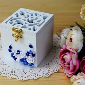 Свадебная коробочка для обручальных колец с вензелями и розами в бело-синем цвете