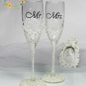 Свадебные бокалы с дизайнерской росписью и жемчугом в цвете айвори Mr.&Mrs.