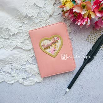 Обложка для паспорта с сердцем-шейкером
