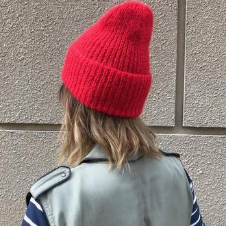 Вязаная красная шапка с отворотом
