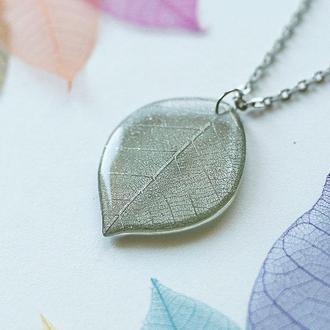 Серебристый кулон-листик