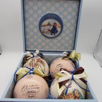 Набор новогодних шаров в шкатулке