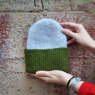 Шерстяная серая шапка с зеленым отворотом
