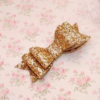 Яркий модный стильный золотой большой бант из экокожи